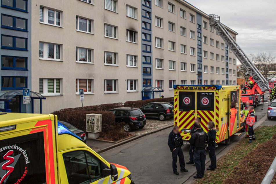 Brand in Plauener Plattenbau: Mann rettet bewusstlose Rentnerin, beide müssen ins Krankenhaus