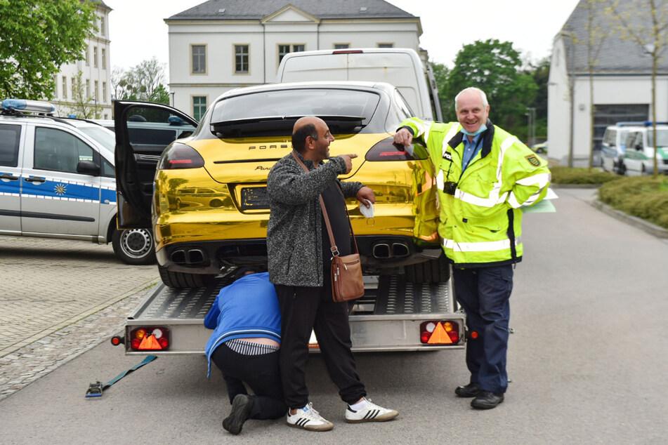 Ein Foto für die Ewigkeit: Michael Garschke (58) von der Dresdner Polizei übergab den Autoschlüssel an Transporteur Christos Atanasov (38) - und posierte noch einmal neben dem goldenen Porsche.