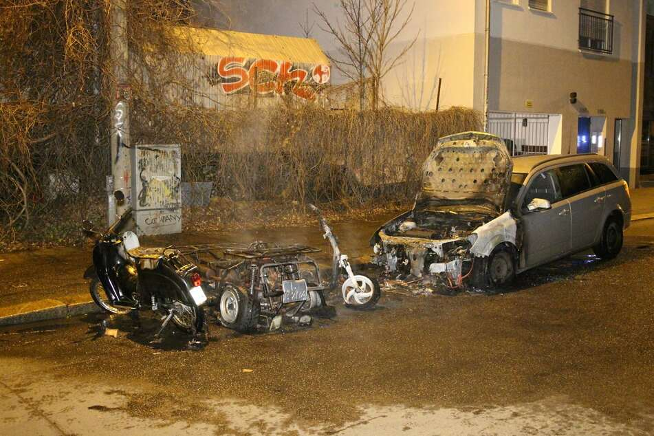 Brandstiftung nicht ausgeschlossen: Mehrere Fahrzeuge brennen in Connewitz