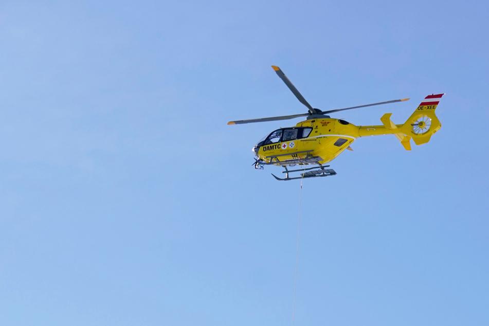 Ein Hubschrauber rettete die beiden Skitourengeher (Symbolbild).