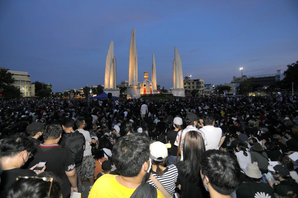 Thailändische Demonstranten nehmen an einem regierungskritischen Protest am Demokratiedenkmal im Zentrum von Bangkok teil.