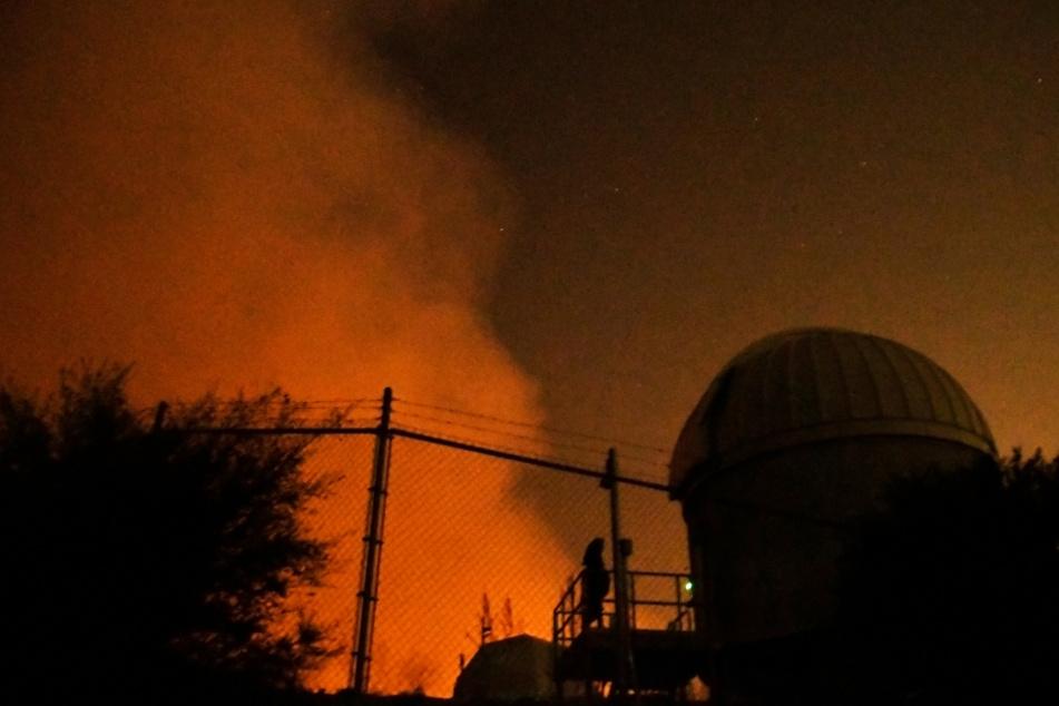 Dicker Rauch, verursacht durch das sogenannte Bobcat-Feuer, steigt in den San Gabriel Mountains über dem Gelände des Mount-Wilson-Observatoriums auf.