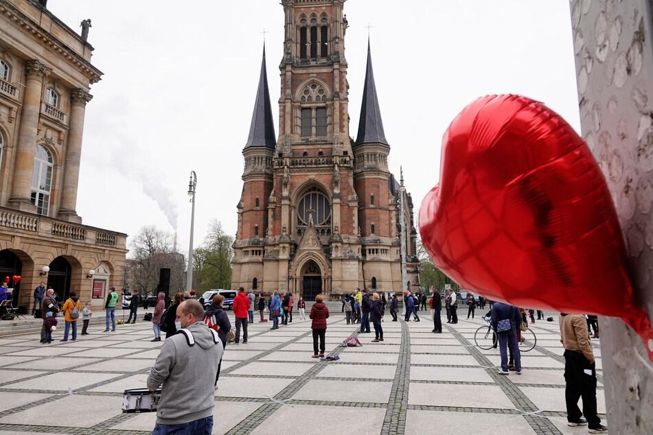In Chemnitz versammelten sich am Freitagabend dutzende Demonstranten, um tanzend gegen die Corona-Maßnahmen zu protestieren.