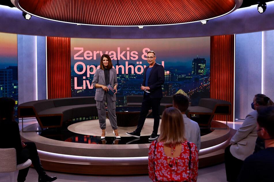 """Die neue ProSieben-Sendung """"Zervakis & Opdenhövel"""" in einem Studio samt Sitzecke und einigen Zuschauern startete am Montag hochpolitisch."""