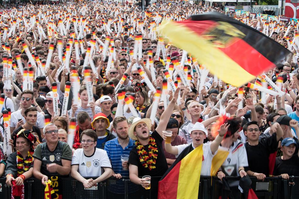 27.06.2018, Berlin: Fußball WM, Südkorea - Deutschland, Vorrunde, Gruppe F, 3. Spieltag. Besucher verfolgen auf der Berliner Fanmeile zur Fußball-Weltmeisterschaft das Spiel Deutschland gegen Südkorea.