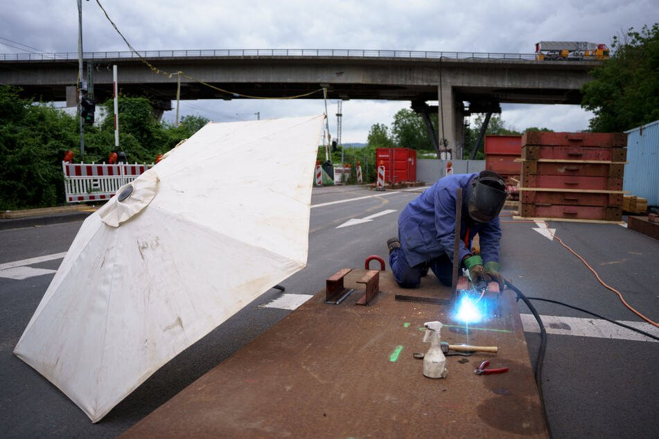 Die Brücke soll gesprengt werden.