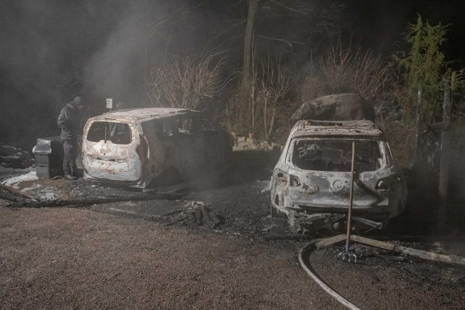 In einem Waldstück in Plaue im Ilmkreis standen zwei Autos in Flammen.