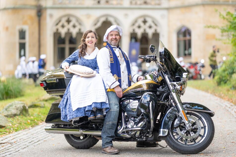 Alles andere als altbacken: Stollenmädchen Lisa Zink (17) fährt auf der Harley von Bäcker Robert Schiehandl (51) vor.
