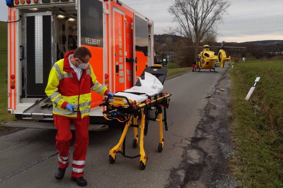Kurzerhand wurde der Patient vom Hubschrauber in den Rettungswagen umgeladen, wo sein Kreislauf erfolgreich stabilisiert werden konnte.