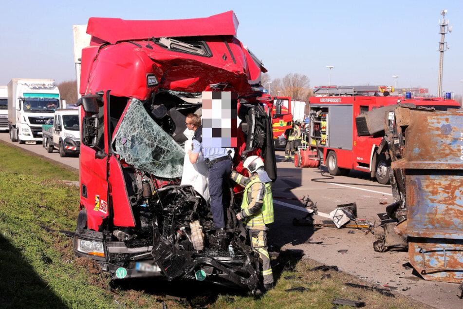 Unfall A4: Heftiger Unfall auf der A4: Drei Lastwagen krachen ineinander, ein Todesopfer