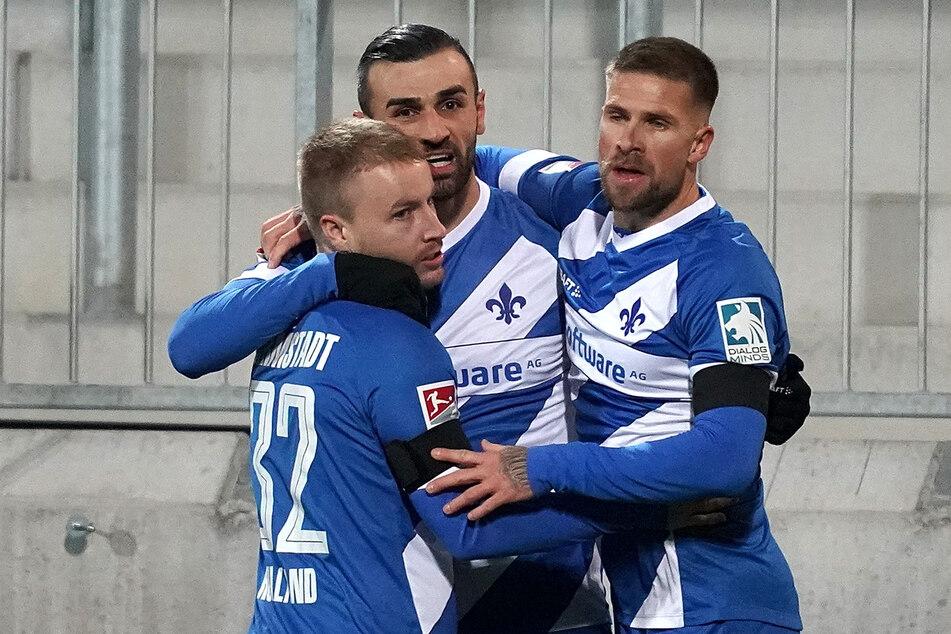 Darmstadts Serdar Dursun (m.) feiert seinen Treffer zum 2:0 mit Fabian Holland (l.) und Tobias Kempe.