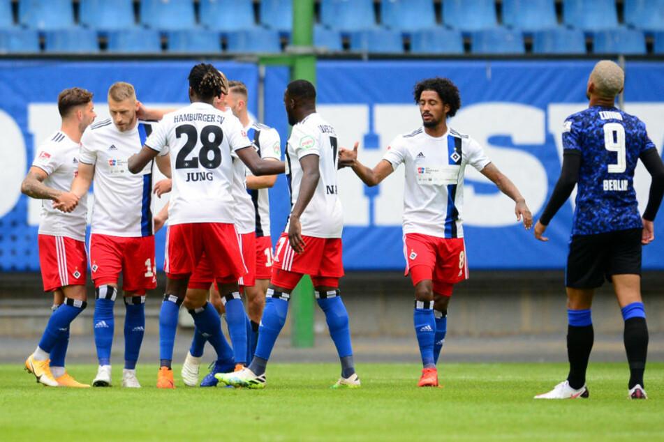 Die Spieler des HSV bejubeln den 1:0 Führungstreffer im Testspiel gegen Hertha BSC. Die Berliner verloren das Spiel am Ende mit 0:2.