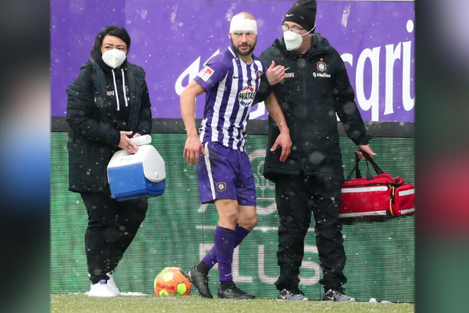 Aue-Kicker Philipp Riese zog sich beim Match gegen Fortuna Düsseldorf einen Wadenbeinbruch zu, humpelte vom Feld.