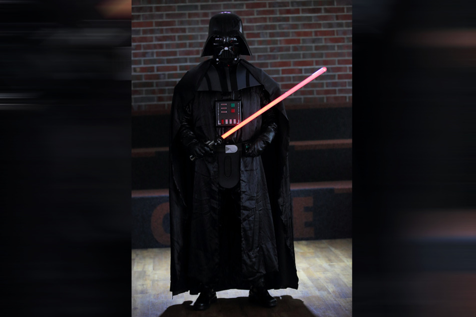 """Aus rund 20 Einzelteilen hat Rocco Zschuppe (35) ein """"Darth Vader""""-Kostüm gefertigt, das kaum vom Original zu unterscheiden ist."""