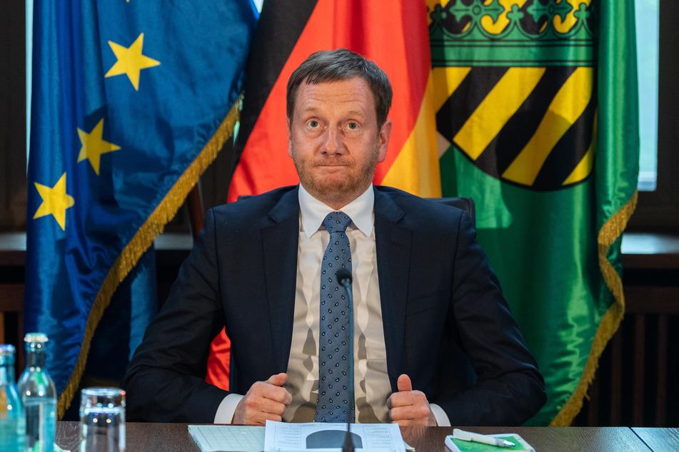 """Michael Kretschmer (CDU), Ministerpräsident von Sachsen, sitzt vor Beginn des """"Runden Tisches"""" im sogenannten Bienenkorb in der sächsischen Staatskanzlei."""