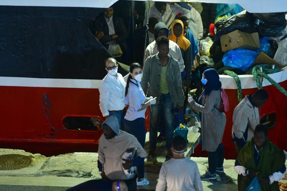 Vor Malta: Migranten müssen auf Schiff in dreckigen Ställen schlafen
