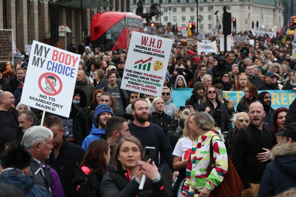 Demonstranten protestieren auf dem Trafalgar Square in London gegen Maßnahmen zur Eindämmung der Corona-Pandemie. Die Zahl der Corona-Fälle in Großbritannien steigt weiter an.