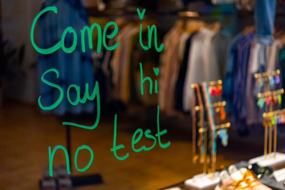 """Die Worte """"Come in - Say hi - no test"""" sind auf der Schaufensterscheibe eines Modeladens im Münchner Stadtteil Haidhausen zu lesen."""