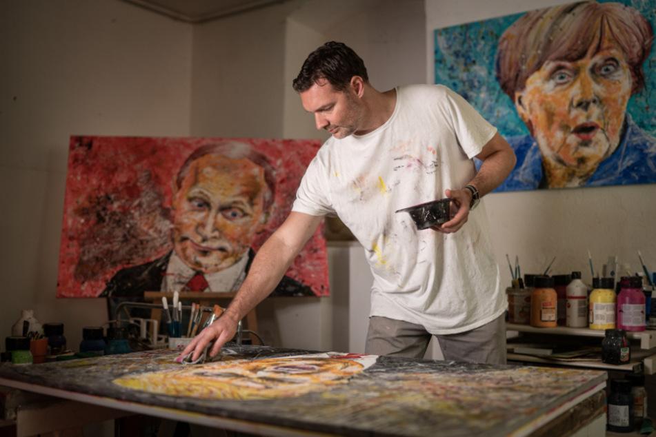 In seinem Atelier in Bühlau malt der Künstler die Porträts mit Acrylfarben.