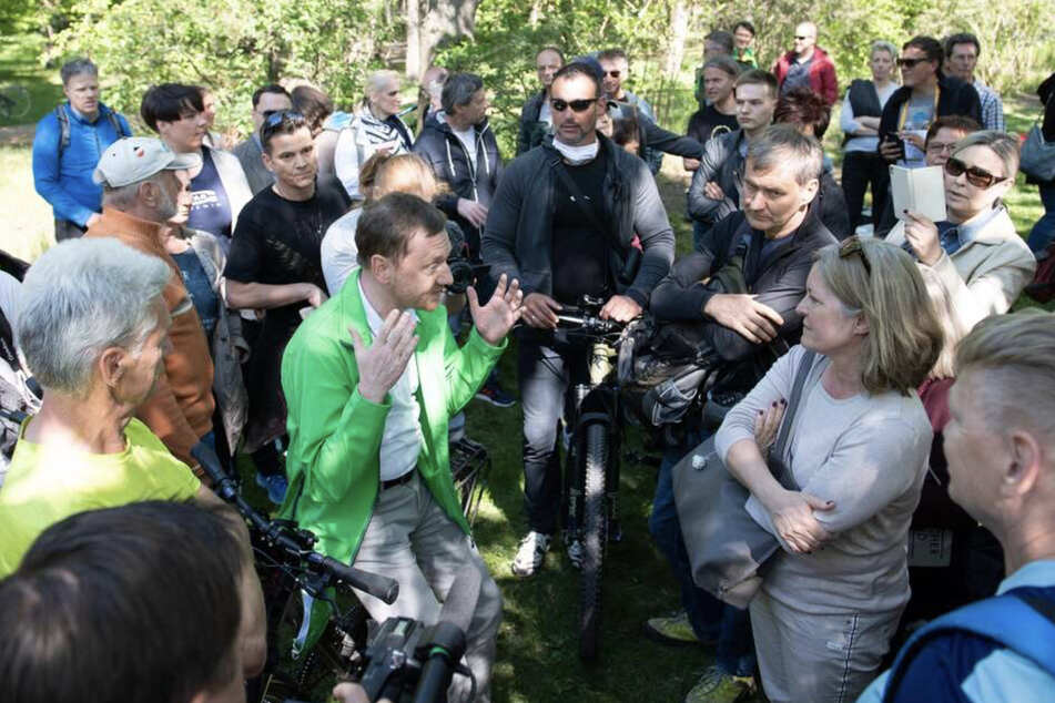 Der Ministerpräsident von Sachsen spricht im Großen Garten mit Anhängern von Verschwörungstheorien zur Corona-Krise. Kretschmer wollte auf der Kundgebung mit den Teilnehmern ins Gespräch kommen und verzichtete auf eine Maske.