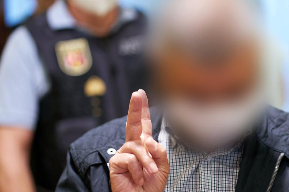 Der Angeklagte machte beim Betreten des Gerichtssaals des Oberlandesgerichts das Victory-Zeichen.