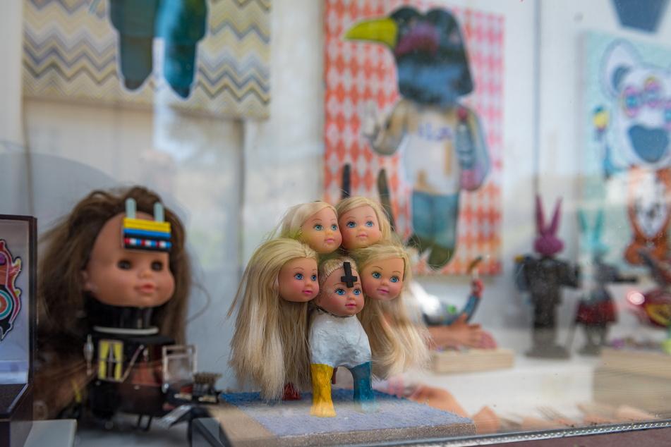 """Alles andere als niedlich: Die alten Puppen und besonders ihre Köpfe be- und verarbeitet """"Milchmann"""" gern zu fast außerirdisch anmutenden Wesen."""