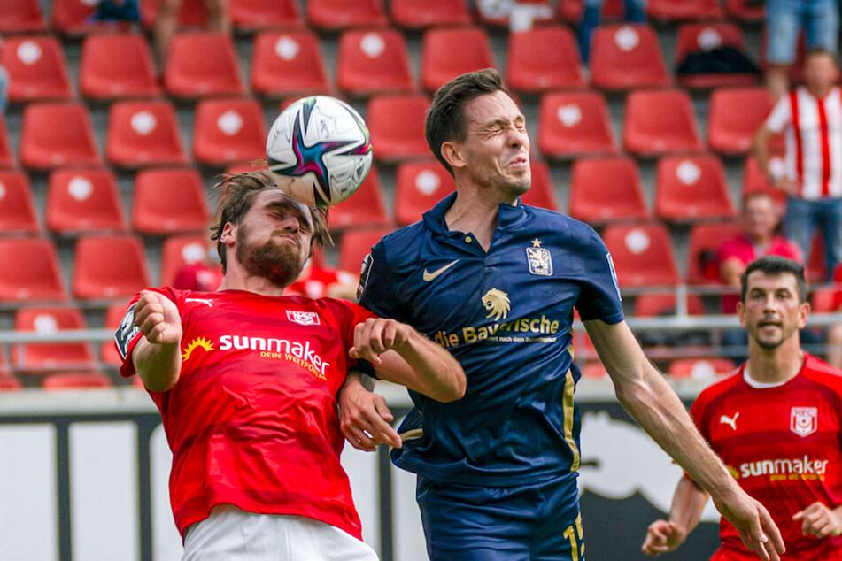 Halles Jonas Nietfeld (l.) kämpft mit Münchens Marcel Baer um den Ball.