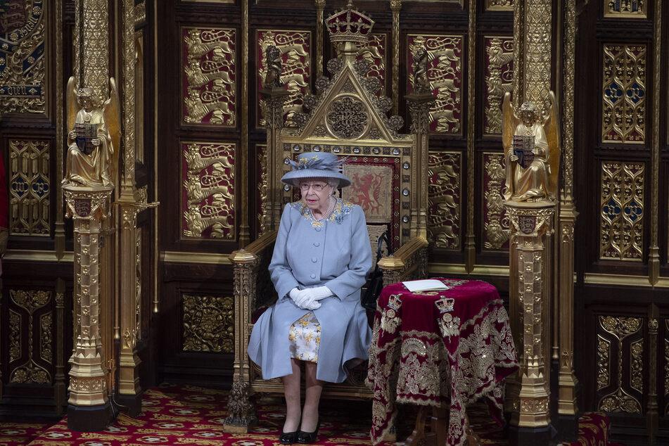 Königin Elizabeth II. (95) spricht vom Thron im House of Lords in London.