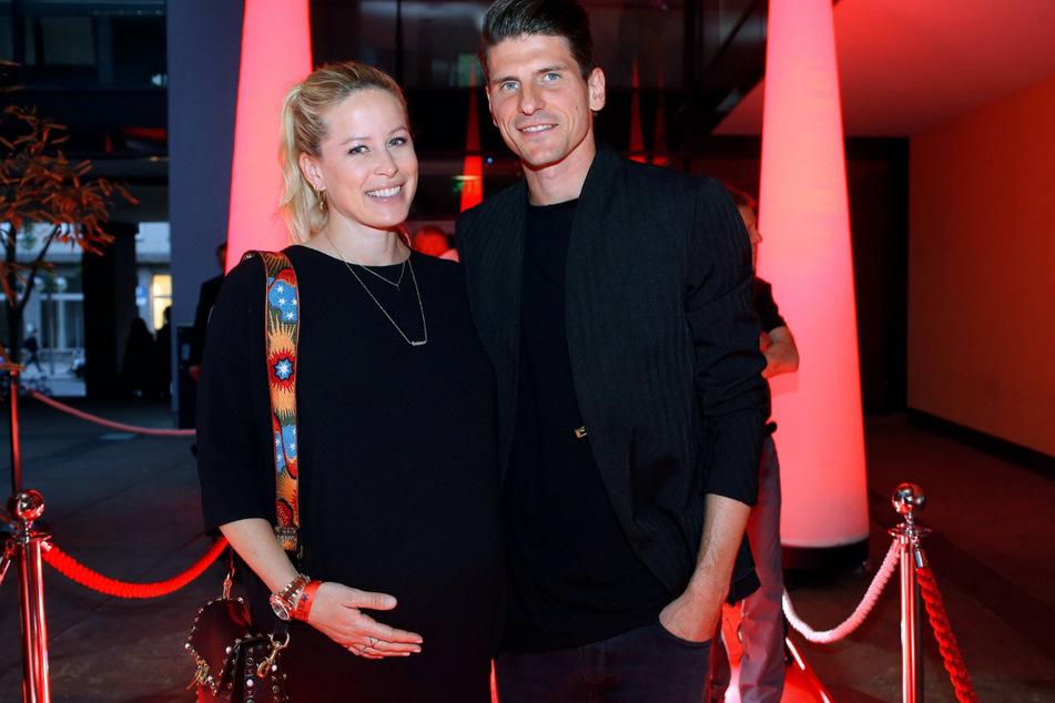 2018 war Carina (41) noch mit Söhnchen Levi (heute 2) schwanger. Nun sind Mario Gómez (35) und seine Ehefrau auch Eltern von Zwillingen.