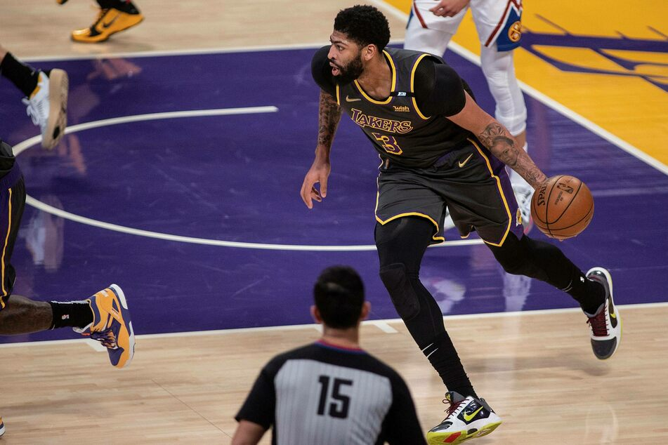 Anthony Davis of Lakers drives the ball down court during the 93-89 win over the Nuggets.