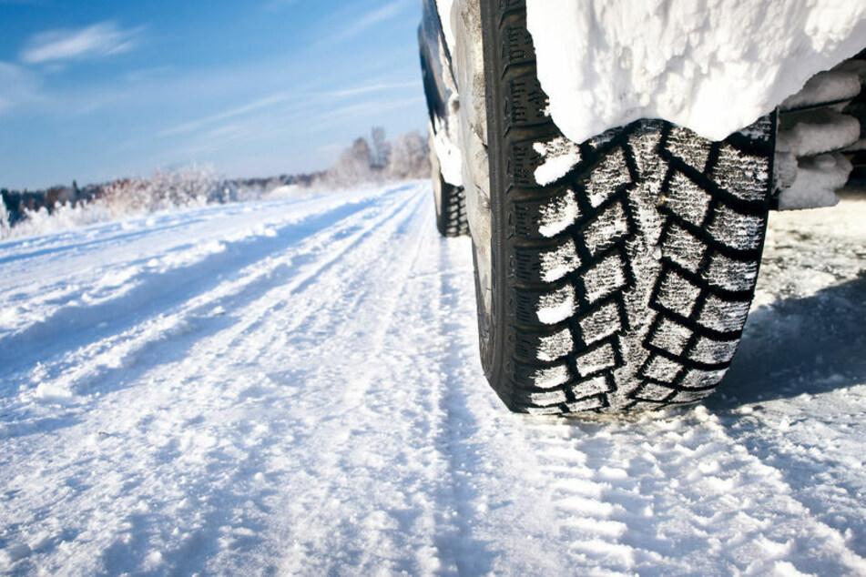 Eine dreiköpfige Familie blieb im Landkreis Sömmerda mehrere Stunden im Schnee stecken. (Symbolbild)