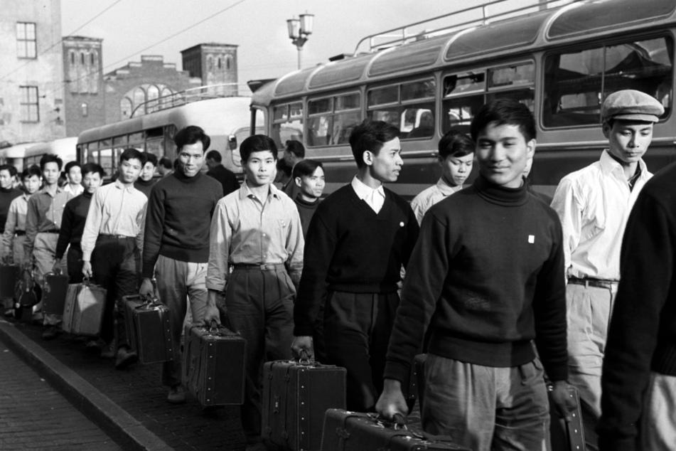 Vertragsarbeiter aus Vietnam treffen im Jahr 1973 am Ostbahnhof in Ost-Berlin ein.
