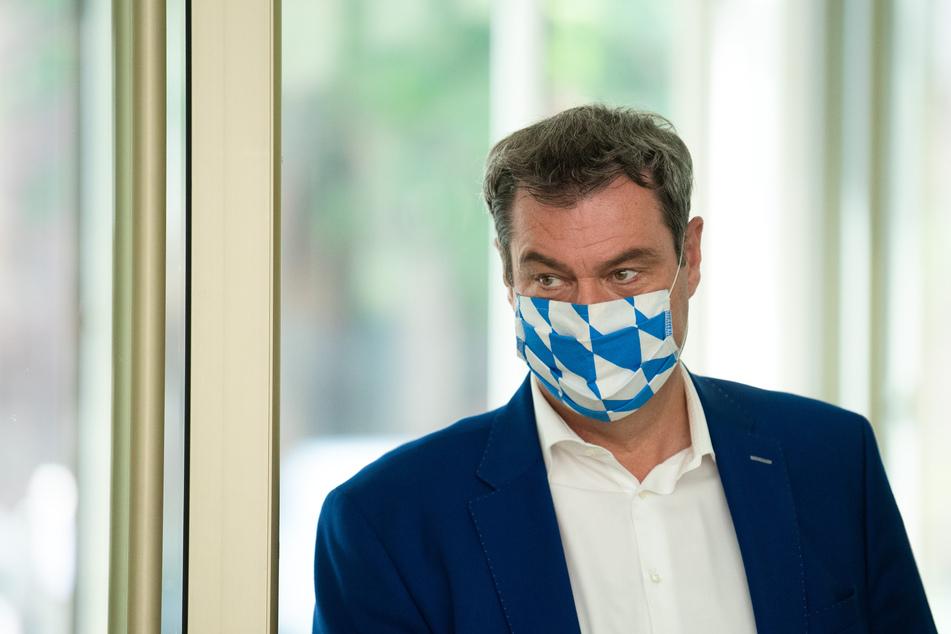 Der bayerische Ministerpräsident Markus Söder (CSU) kommt zur Pressekonferenz im Anschluss der außerplanmäßigen Videokonferenz des bayerischen Kabinetts.