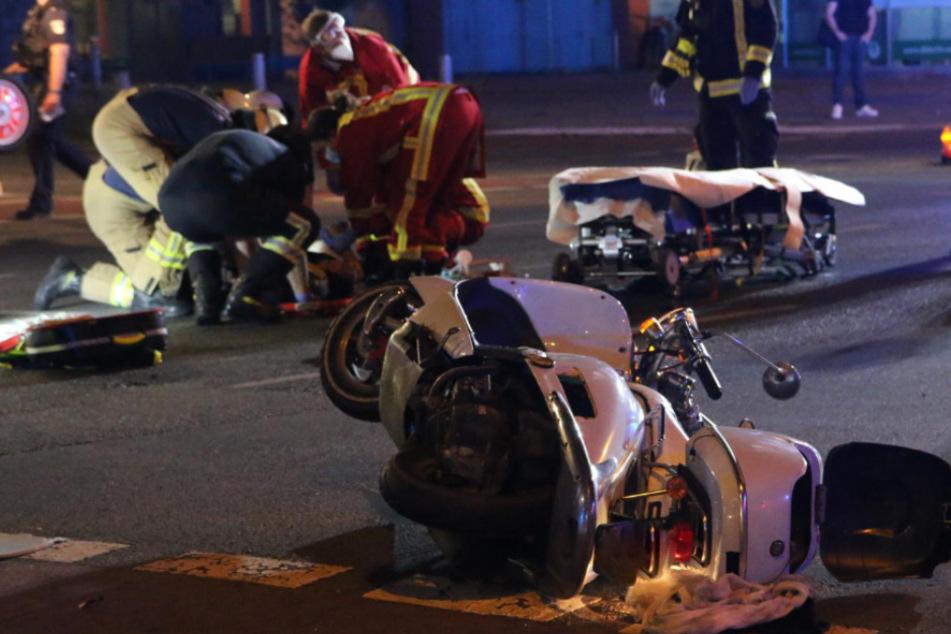 Rettungskräfte kümmern sich um eine verletzte Person.