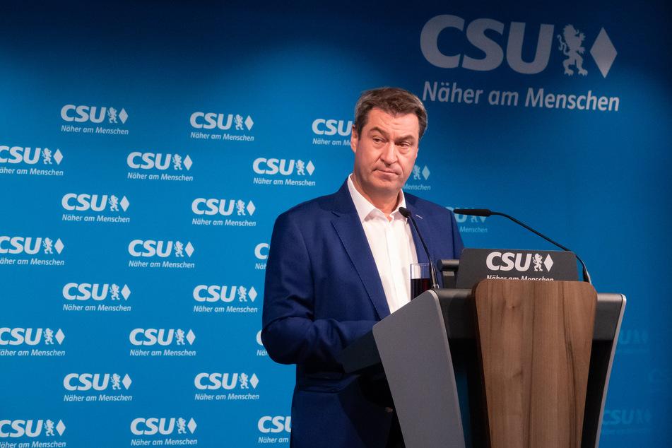 Markus Söder (CSU), Parteivorsitzender und Ministerpräsident von Bayern, gibt vor Beginn der CSU-Vorstandssitzung ein Pressestatement in der Parteizentrale.