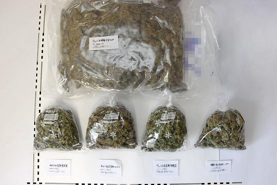 Insgesamt stellten die Polizisten mehrere Kilogramm Marihuana im Wert von fast 40.000 Euro sicher.