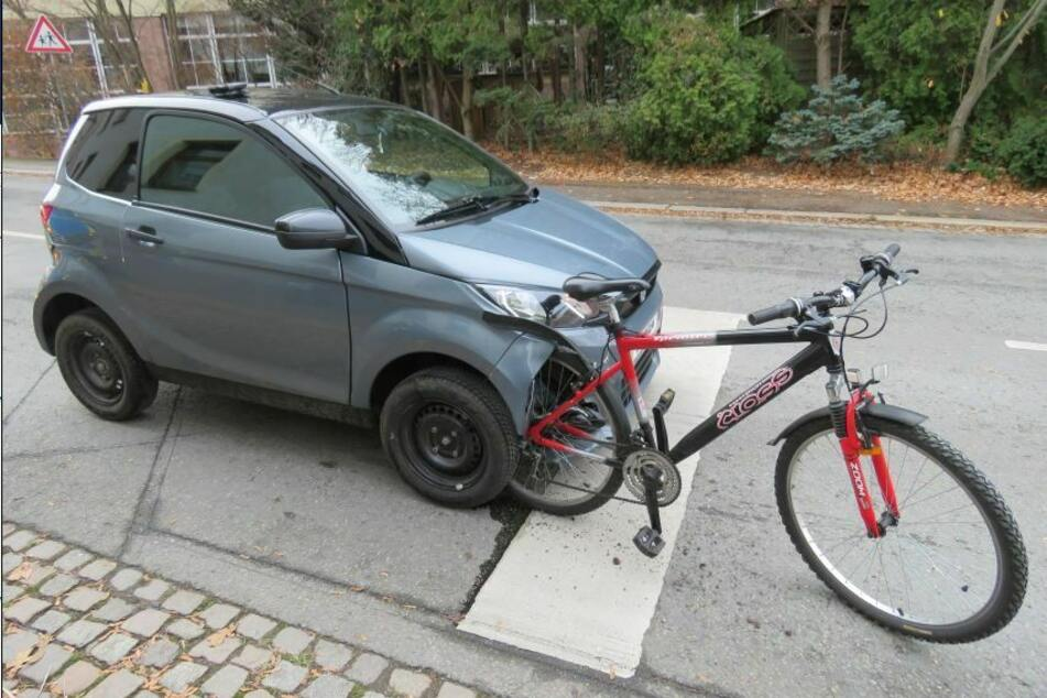 Ein Microcar krachte in Zwickau mit einem Fahrrad zusammen. Das Fahrrad verkeilte sich daraufhin im Auto.