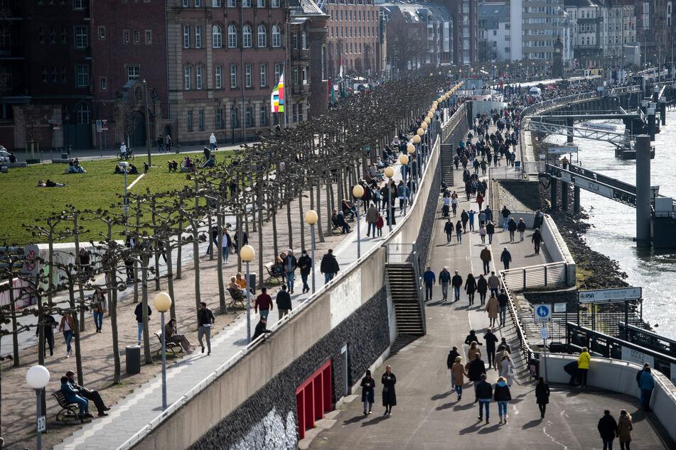 Auch in Düsseldorf genossen die Menschen das milde Frühlingswetter am Rhein.