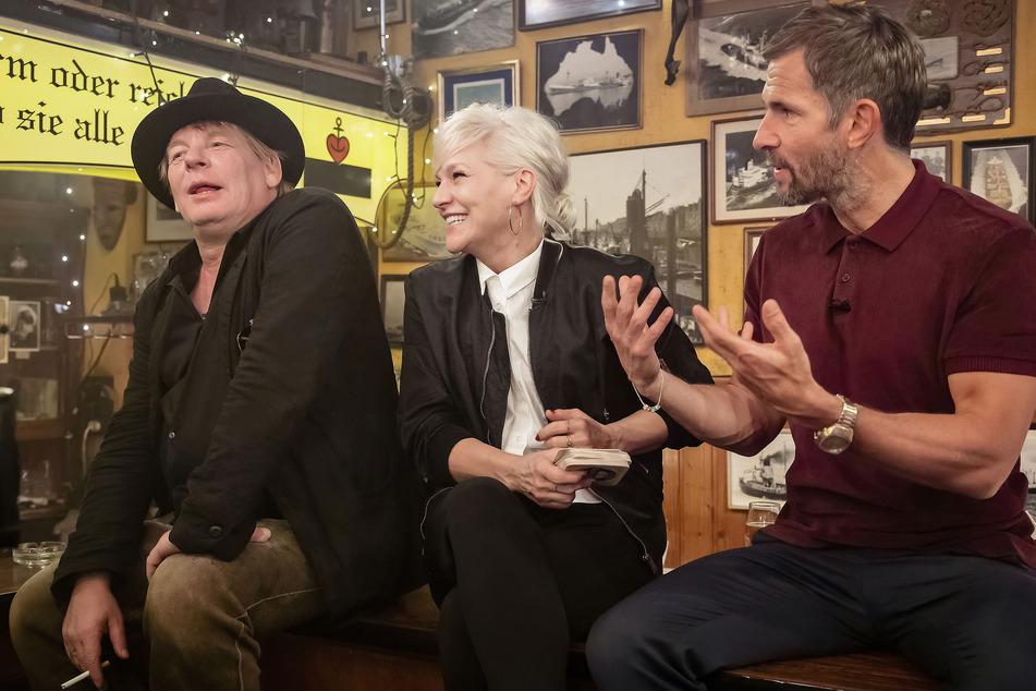 Ben Becker (56 l.), Ina Müller (56) und Micky Beisenherz (44) sitzen auf Frau Müllers Tresen.