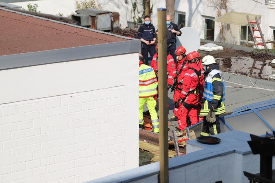 Die Retter der Feuerwehr löschten die Frau und retteten sie von dem Vordach.