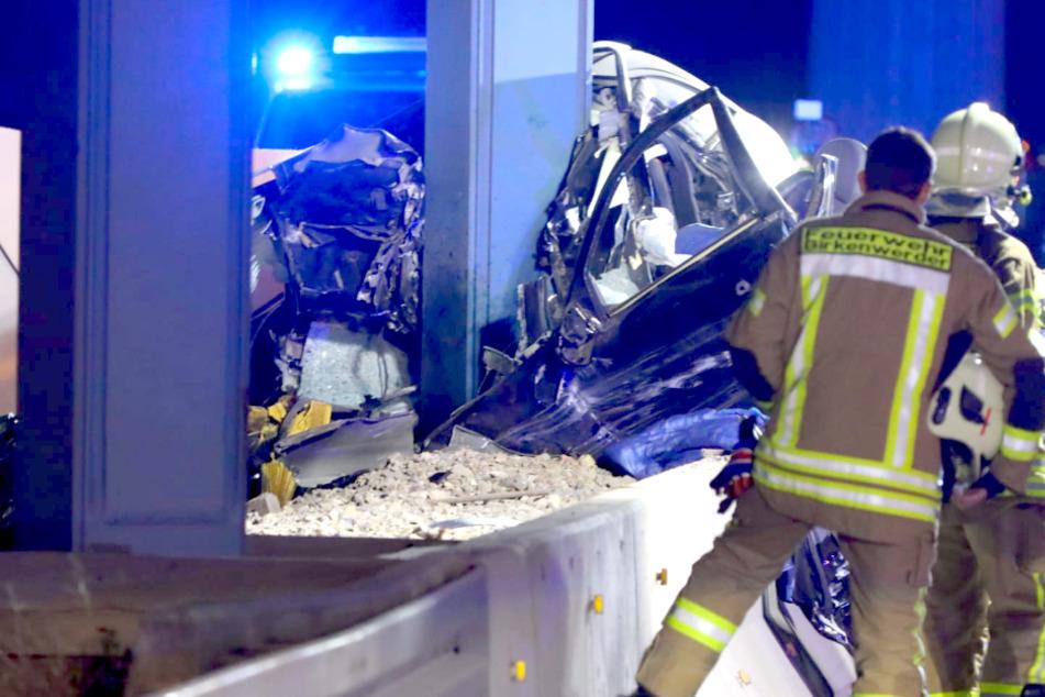 Auto kacht gegen Brückenpfeiler auf A10: Fahrer stirbt noch an der Unfallstelle!