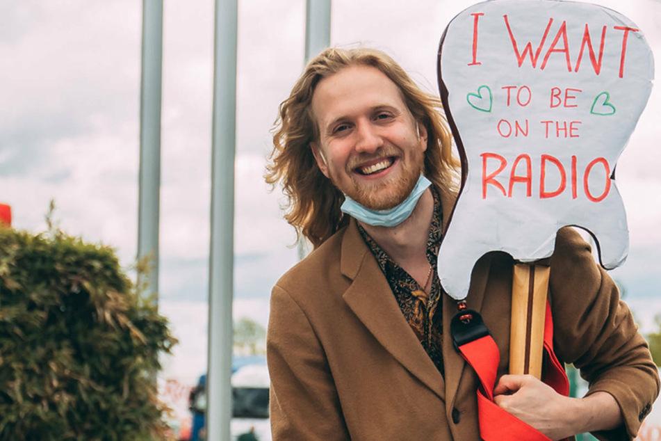 Frankfurt: Sänger steht tagelang vor Radiosender, dann darf er sein Lied vorspielen