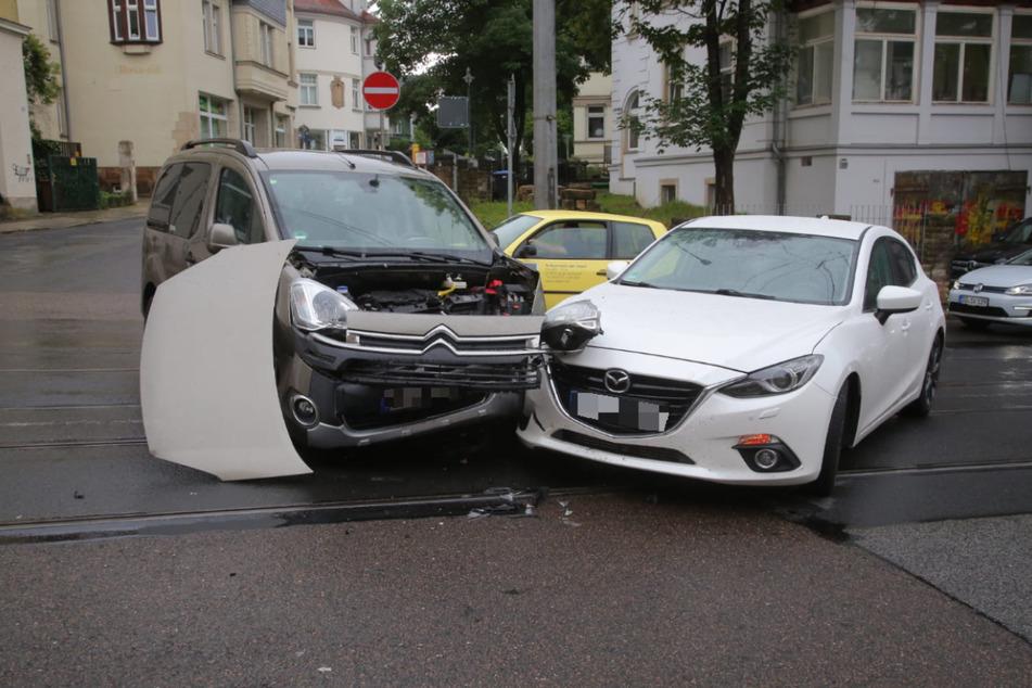 An beiden Autos entstanden deutlich sichtbare Schäden.