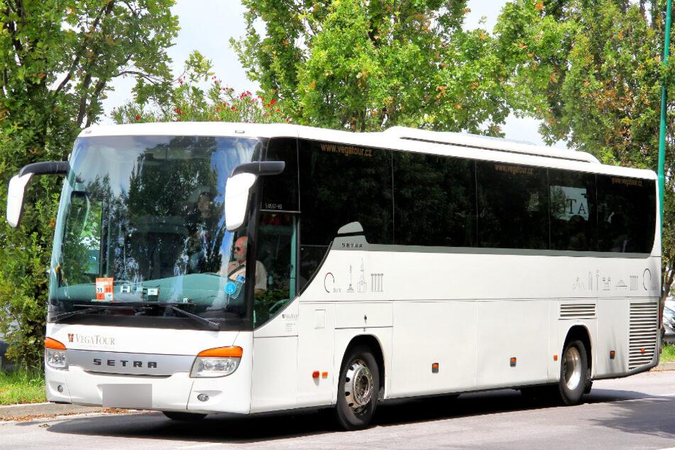 Mit dem Einsatz von Reisebussen würden gleich zwei Fliegen mit einer Klappe geschlagen: Die angeschlagene Reisebus-Branche könnte entlastet und gleichzeitig zusätzliche Kapazitäten in Corona-Zeiten für die Stoßzeiten geschaffen werden. (Symbolbild)
