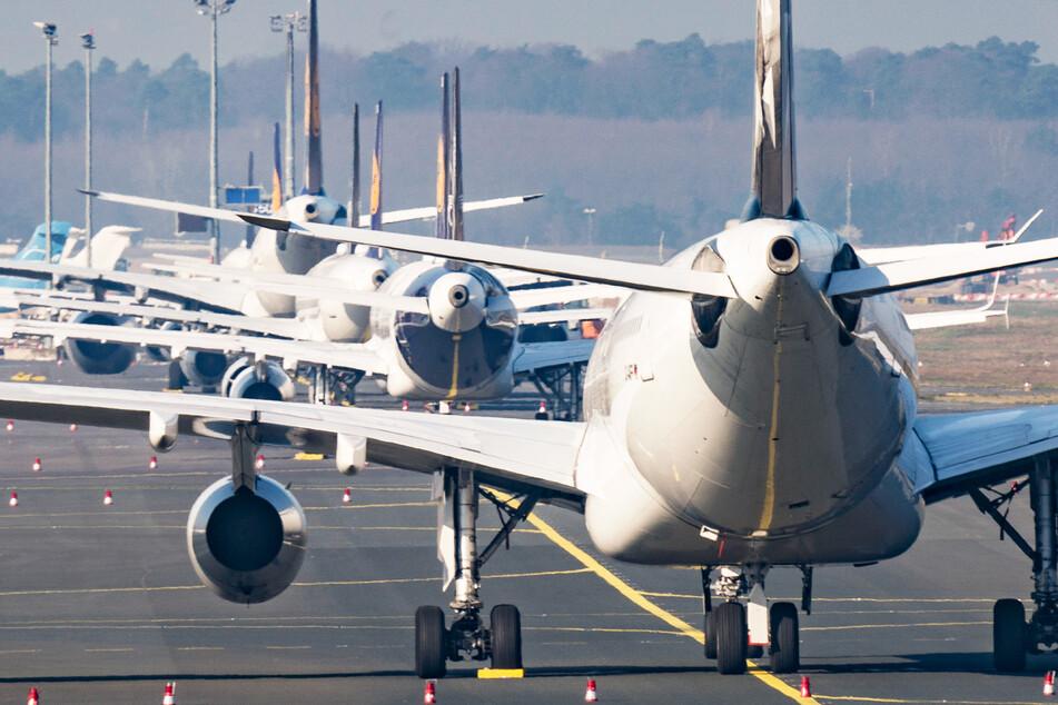Flugzeuge der Lufthansa stehen geparkt auf einer Start- und Landebahn am Frankfurter Flughafen.