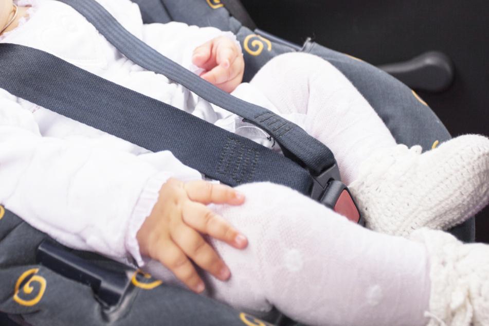 Baby bei Hitze aus Versehen in Auto eingesperrt: Polizistin wird Heldin des Tages