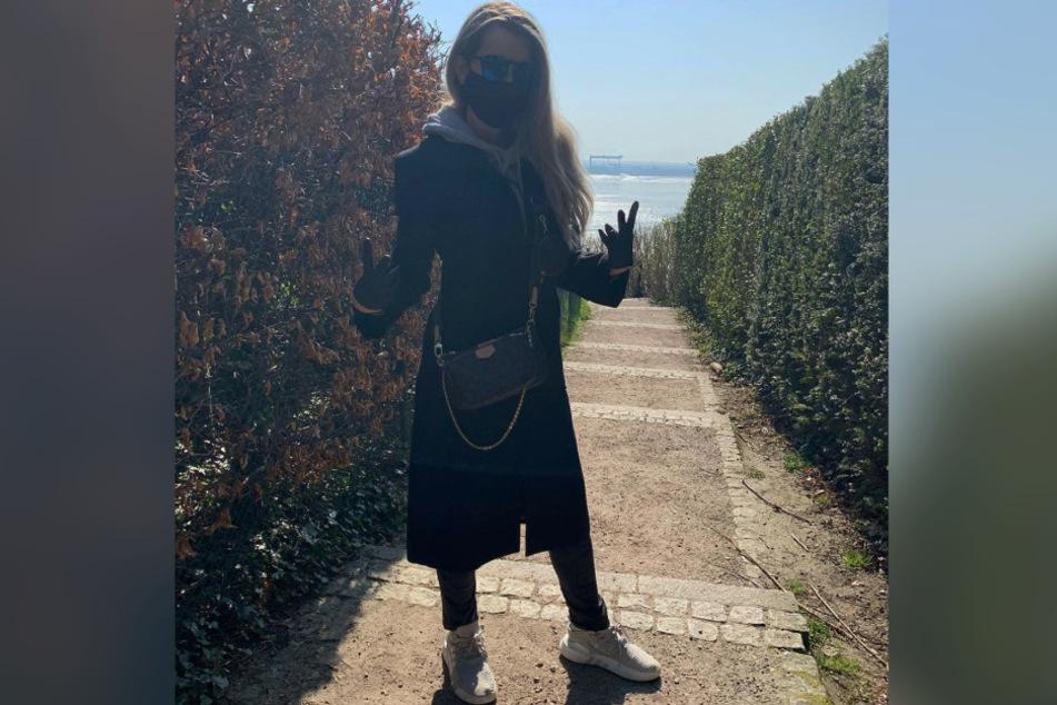 Mirja Du Mont posiert mit Mundschutz und Handschuhen.