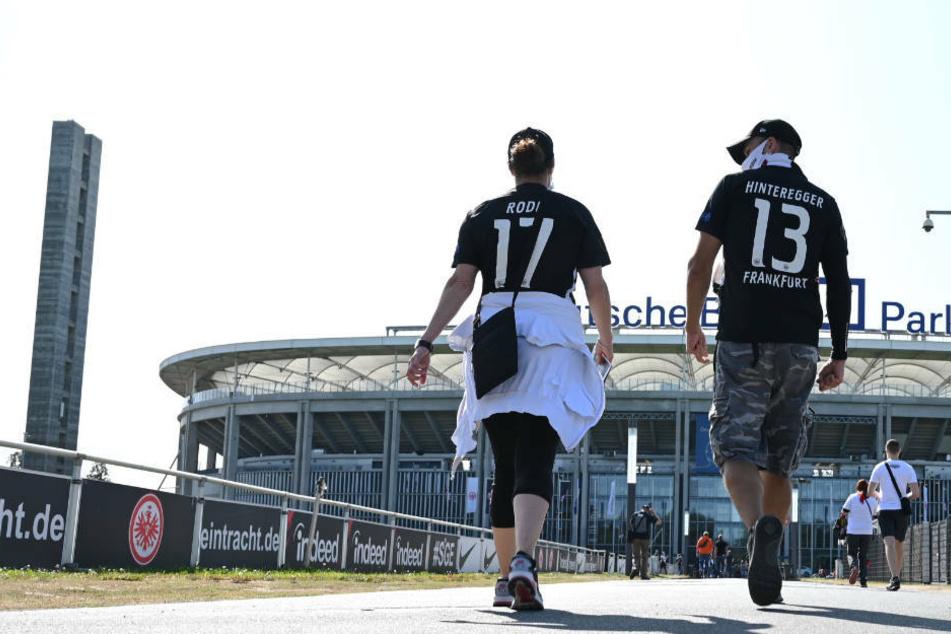 Fans von Eintracht Frankfurt auf dem Weg in den Deutsche Bank Park (Archivbild).