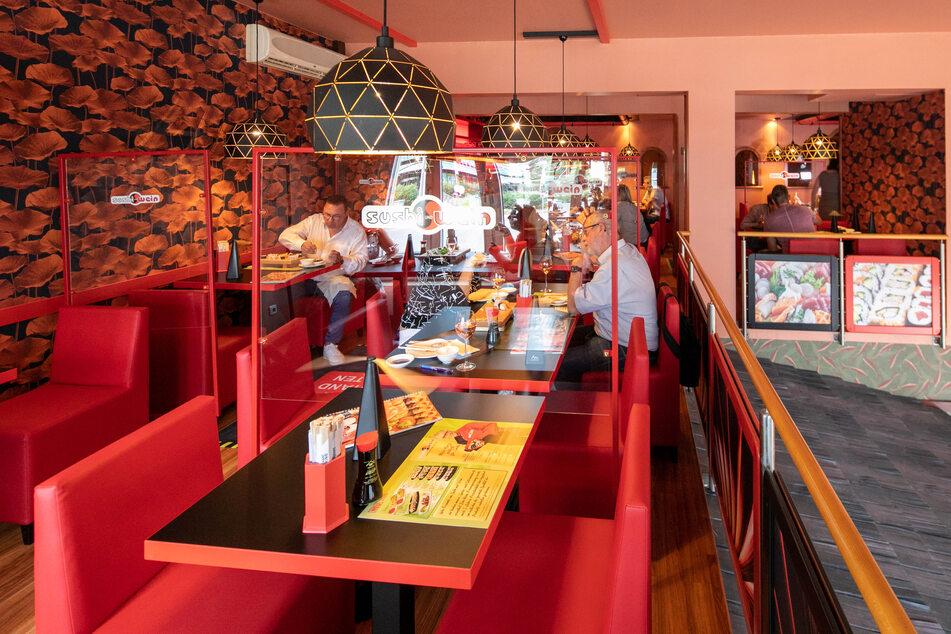 """""""Sushi & Wein"""" an der Maxstraße wurde komplett saniert, inklusive Trennscheiben zwischen den Tischen."""