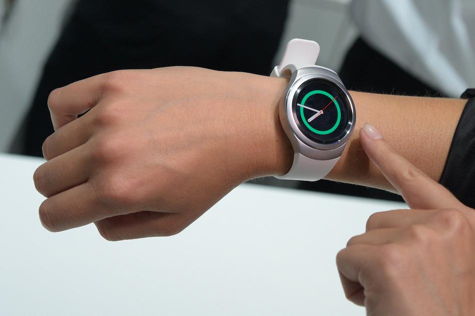 Eine Smartwatch, mit dem man auch telefonieren kann, hat in München für einen Polizeieinsatz gesorgt. (Symbolbild)